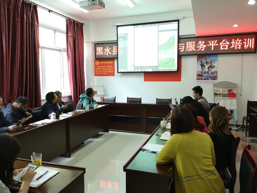技术人员为黑水县交通运输局培训平台使用方法。.jpg
